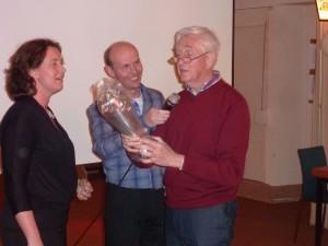 Jo Drijver ontvangt de naar hem genoemde bokaal uit handen van wethouder Rinda den Besten, tijdens het jubileumfeestje in 2012.
