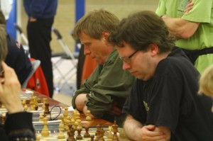 Meester Jaap van der Tuuk in opperste concentratie, geflankeerd door grootmeester Dimitri Reinderman (rechts) tijdens het OKU 2013.