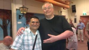 """Kasim en Ed, waarbij het commentaar op Facebook was: """"Kasim is groter dan hij lijkt."""""""