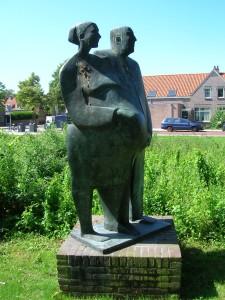Standbeeld van Burgemeester Norbruis in De Lessepsstraat, innig verenigd met een dame, die dan wel mevrouw Norbruis zal zijn.