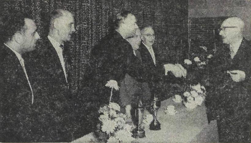 """Tijdens het jubileum van 11-11-1961. Onderschrift in het UN: """"Erevoorzitter O. Norbruis, erevoorzitter van de schaakclub Oud Zuylen-P.V.W., feliciteert het bestuur van deze schaakclub, met v.l.n.r. de heren H. Bloemink, M.H. Leeuwenburgh, A. Rampen, J. de Bree en G.H. Jansen."""""""