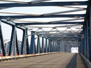 Ik ging naar Bommel om de brug te zien. Ik zag de nieuwe brug. Twee overzijden die elkaar vroeger schenen te vermijden worden weer buren. (Martinus Nijhoff)