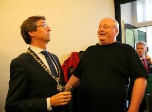 De voormalige burgemeester Wolffsen feliciteert Ed al vast met zijn behaalde succes.