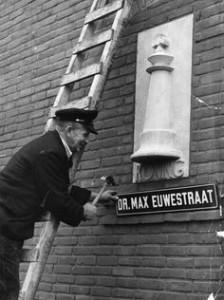 1 november 1951: montage van het straatnaambord Dr. Max Euwestraat
