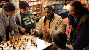 Protagonist Genesis probeert enige kansarme jongeren het schaakspel bij te brengen
