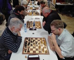 Ed tegen toernooiwinnaar GM Roeland Pruissers. Rechtsonder Jan Jaap.