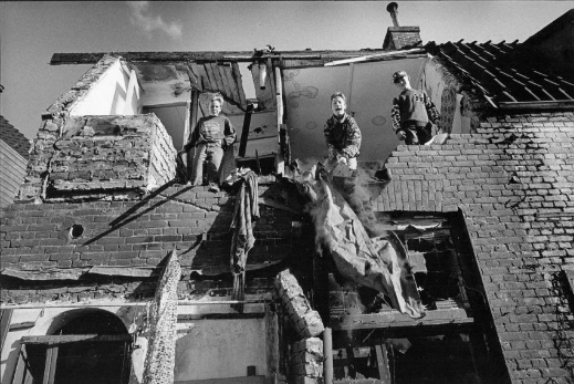 Kinderen op een slooppand aan de Boorstraat, 1996. Foto: M.Schmidt
