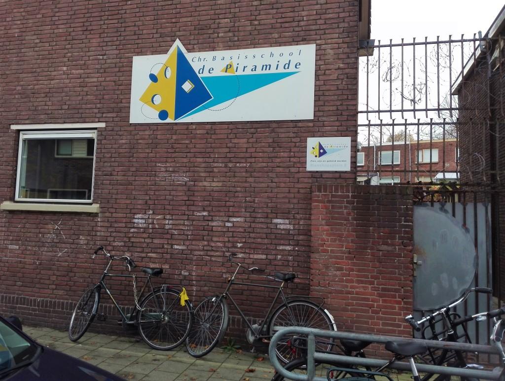 De zij-ingang van deze school