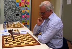 Harm-Theo in een typische schaakhouding