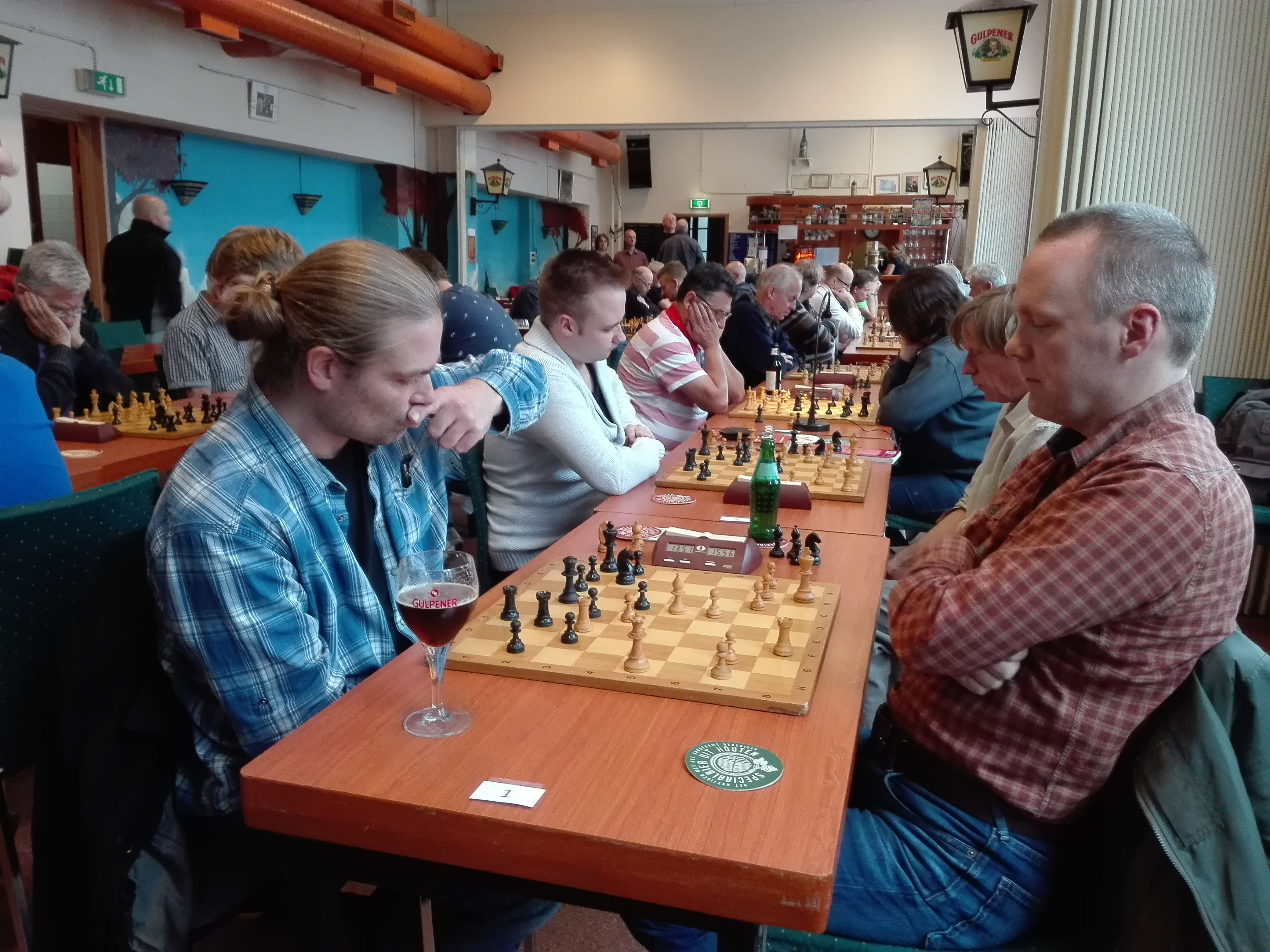 Toernooi winnar Gerben Veltkamp, hier in de laatste ronde tegen Geboers. Daarachter Michel tegen Jaap en Kasim tegen Marijke.