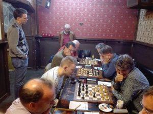 De eerste vier borden: Marcel, Marc, Meindert en Ed. Jan-Maarten neemt alles in ogenschouw.